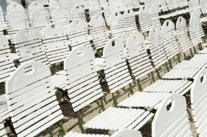 Stuhlreihen in einem Park